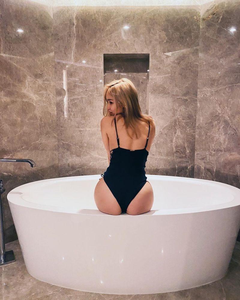 ▲陳芳語坐在浴缸中,渾圓的臀部和穠纖合度的身材都十分吸睛。(圖/陳芳語IG)