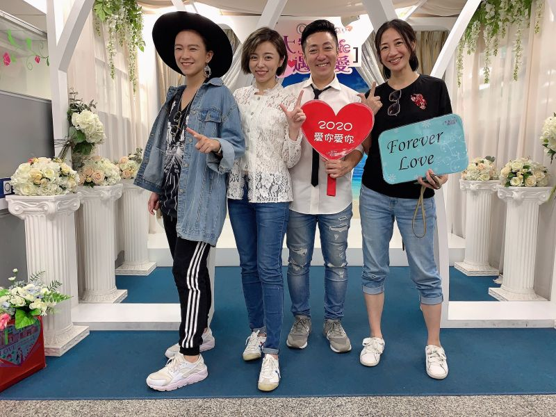 ▲王瞳(左2)、艾成(右2)登記結婚,教友張芸京(左)、潘奕如(右)到場見證。(圖/民視提供)