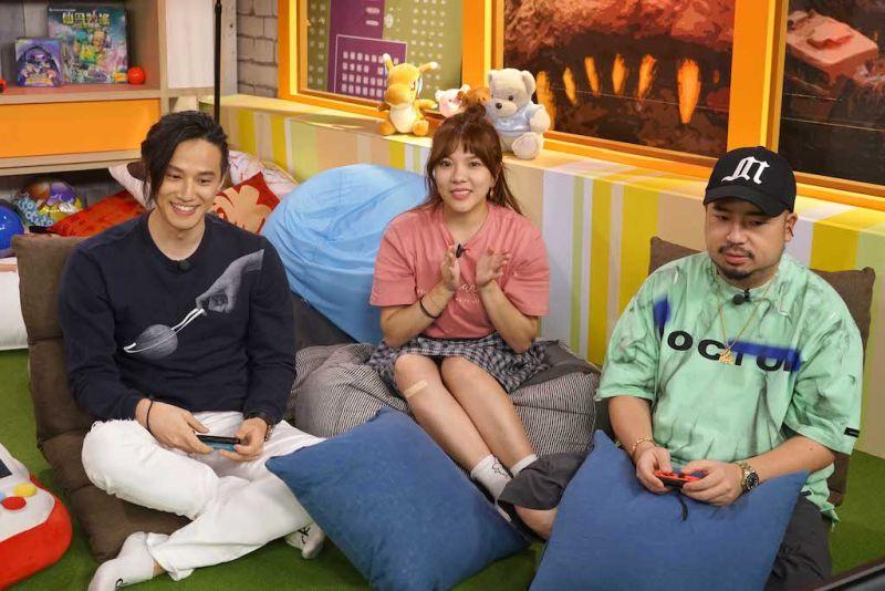 ▲徐新洋(左起)、小優、阿達一起開箱。(圖/狼谷育樂台)