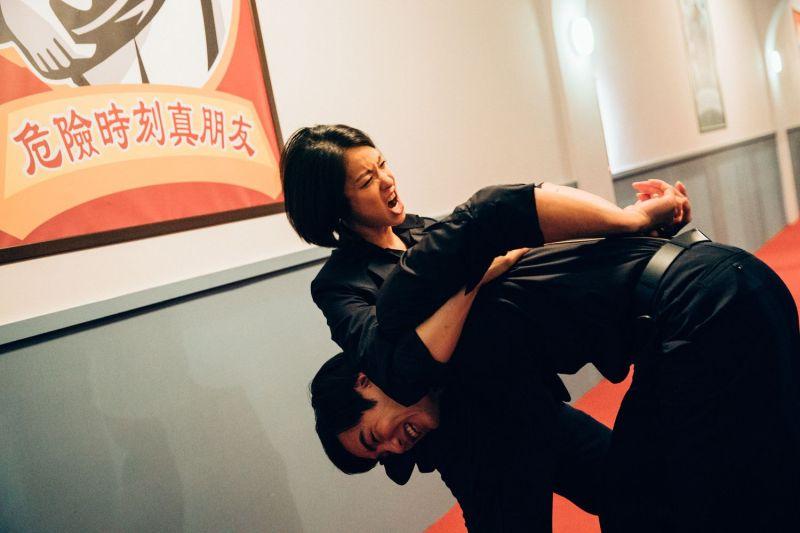 ▲賴雅妍(左)也有激烈武打戲。(圖/華映娛樂)