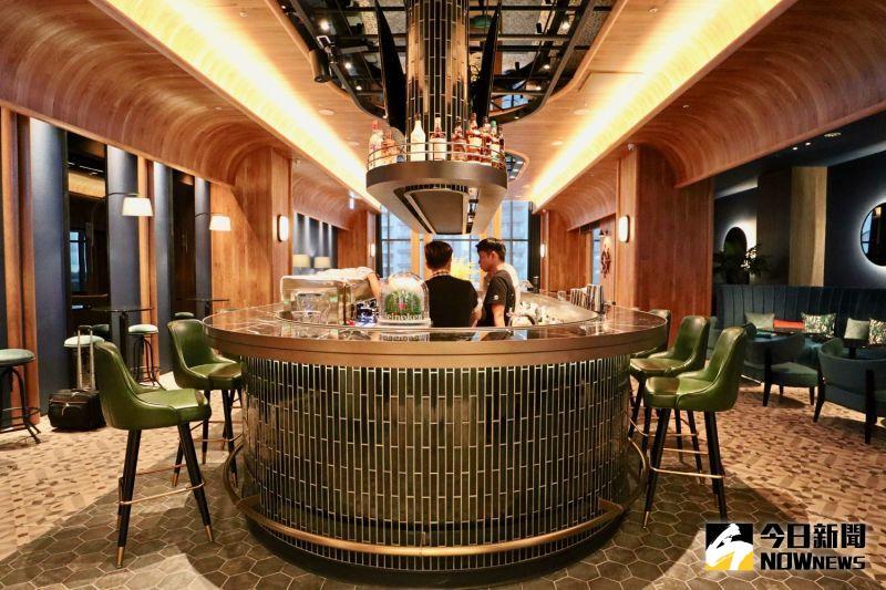 ▲酒吧「 Blu Bar 」空間以船艙造型設計。(圖/記者陳致宇攝)
