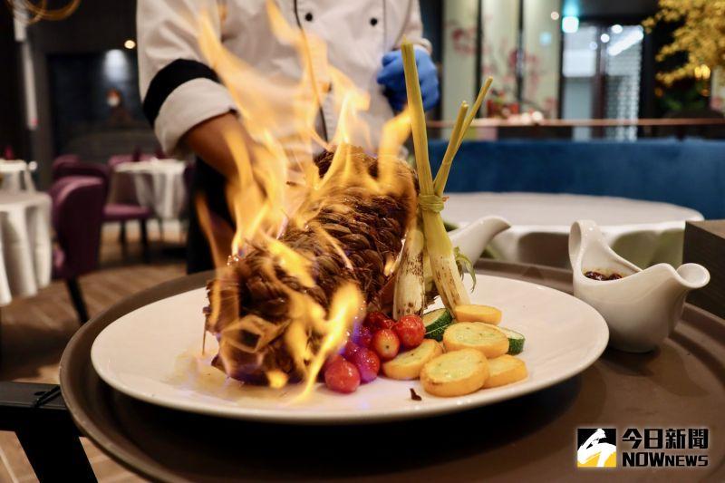 ▲廚特製「川椒稻香牛肋排」,以多種中藥材及香料熬煮,上桌前還會淋上白蘭地炙燒。(圖/記者陳致宇攝)
