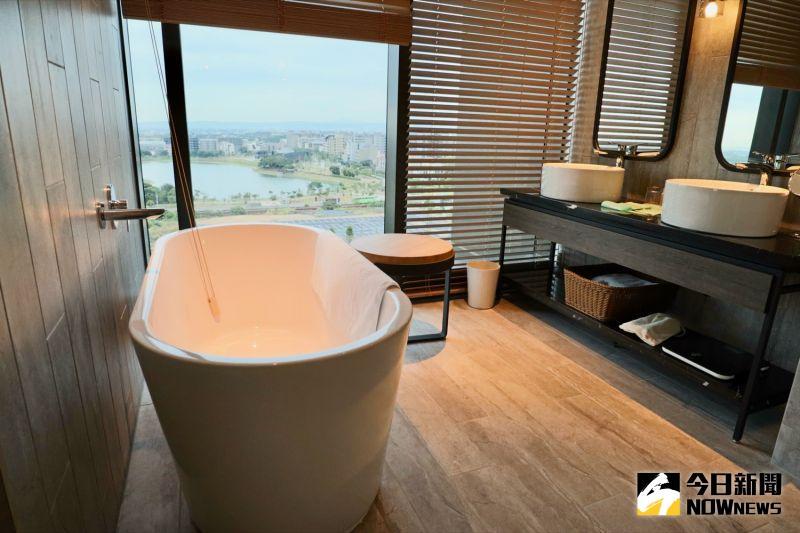 ▲每間客房都有圓形大鏡面、乾濕分離衛浴、浴缸、免治馬桶等。(圖/記者陳致宇攝)