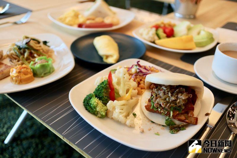 ▲早餐提供刈包、三明治等中西料理,選擇相當多元。(圖/記者陳致宇攝)