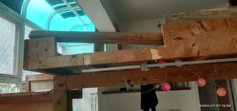 ▲由照片可見,不少木製傢具都四分五裂。(圖/翻攝自《爆料公社》)