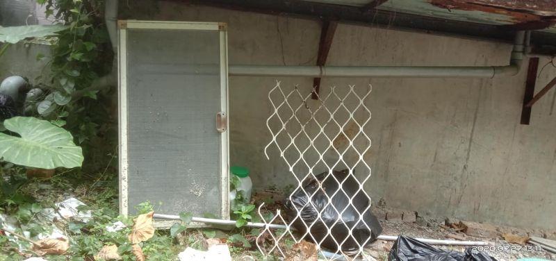 ▲由照片可見,防盜窗也被拆,還丟到外面。(圖/翻攝自《爆料公社》)