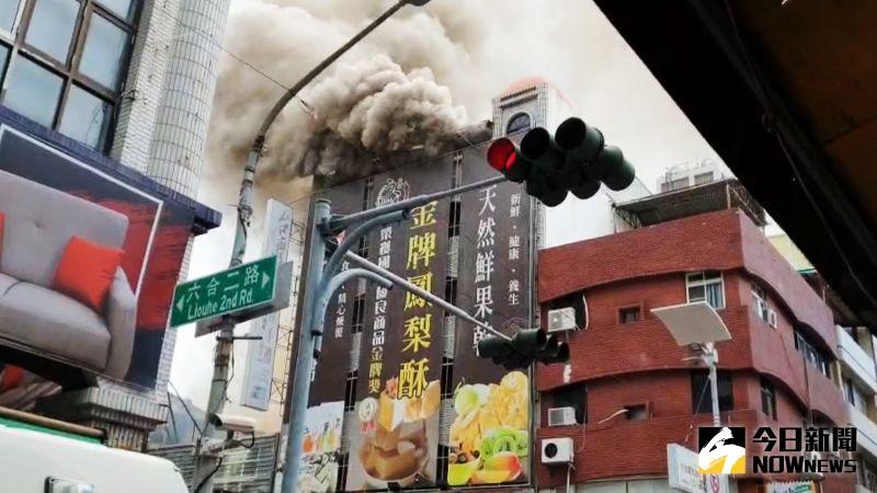影/高雄知名六合夜市發生大火 至少延燒三戶