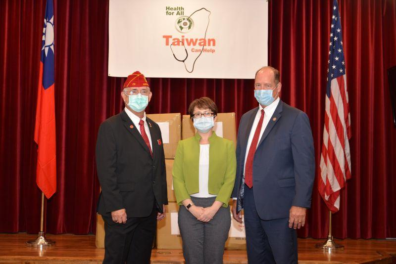 駐美代表蕭美琴華府首場公開活動,贈25萬片口罩予美退軍協會