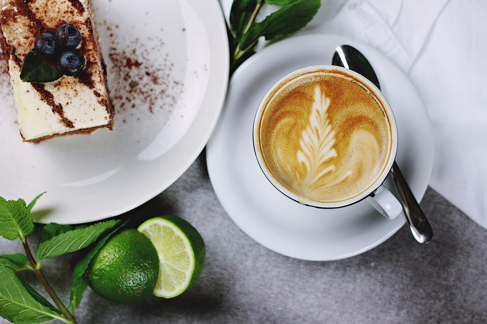 ▲有網友抱怨,她去咖啡廳點了一杯超罪惡「擠滿鮮奶油」的飲料,沒想到竟遭旁邊的大媽狂酸,讓她相當氣憤。(示意圖/翻攝自《pixabay》)