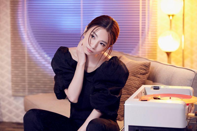▲田馥甄在MV中,與超帥外籍男模有親密互動。(圖/何樂音樂提供)