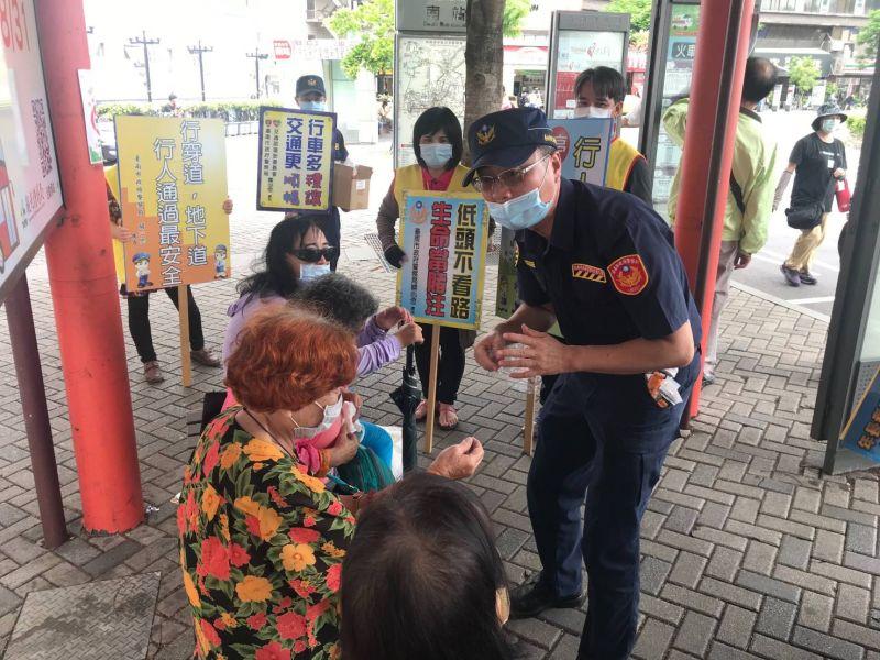交通警察大隊向年長者宣導正確橫越馬路的觀念及方式