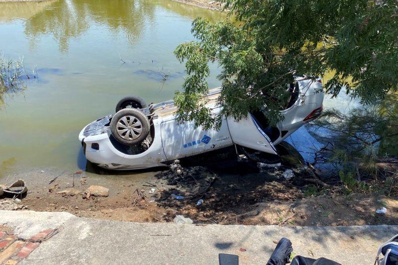 ▲金門昨日傳出有遊客為看粉紅湖,因不熟悉路況開車墜落漁塘的意外。(圖/民眾提供)