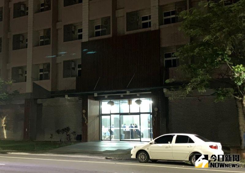 歇業的旅館大廳內燈火通明,穿著制服的員警們,時不時的盯著電視牆上的監視螢幕觀看。(圖/記者陳惲朋攝)