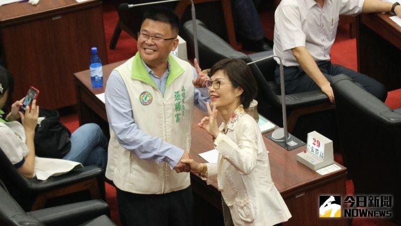 國民黨曾麗燕、民進黨張勝富握手一個比3一個比1,不忘為自家黨所提名的候選人宣傳。(圖/記者鄭婷襄攝,2020.07.31)