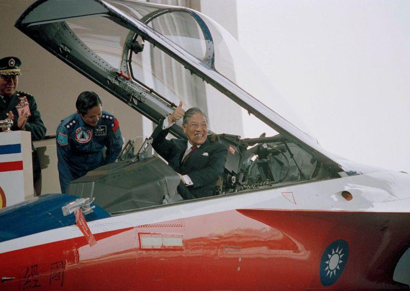 ▲經國號戰機原型機出廠,時任總統李登輝登上經國號戰機比讚。(圖/達志影像/美聯社)