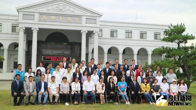 高雄市議長補選後全體議員拍攝大合照。(圖/記者鄭婷襄攝,2020.07.31)
