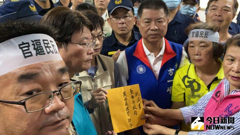 ▲副市長趙卿惠代表接下陳情書。(圖/記者陳聖璋攝,2020.07.31