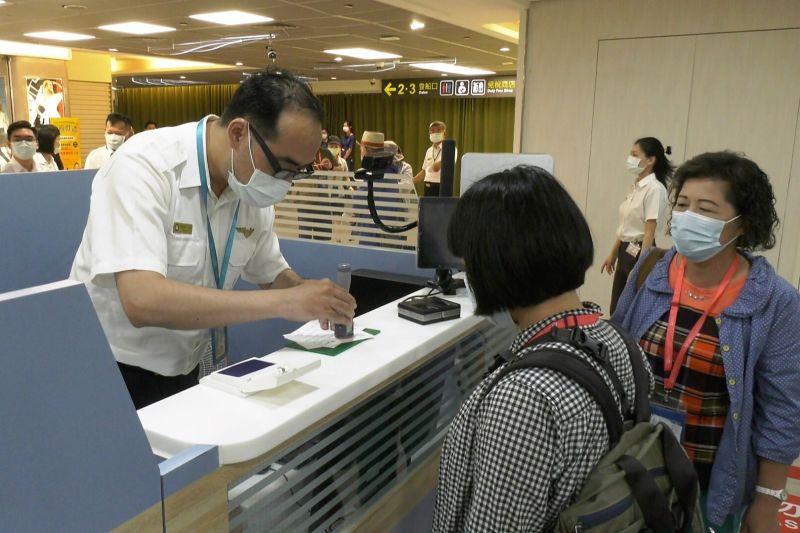 ▲縣府準備地區明信片代替護照讓移民署人員蓋章戳,營造偽出國氛圍。(圖/記者蔡若喬攝)