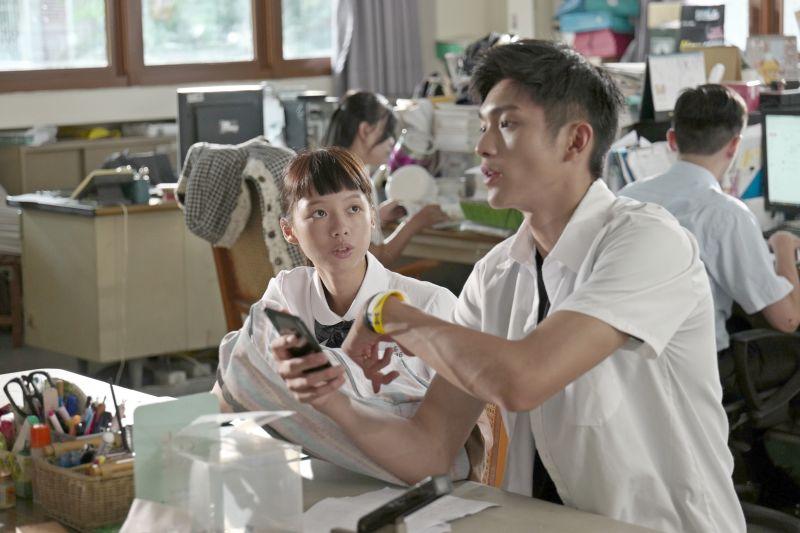 ▲林輝瑝(右)認為男生最常交換八卦的地方是學校餐廳。(圖/双喜)