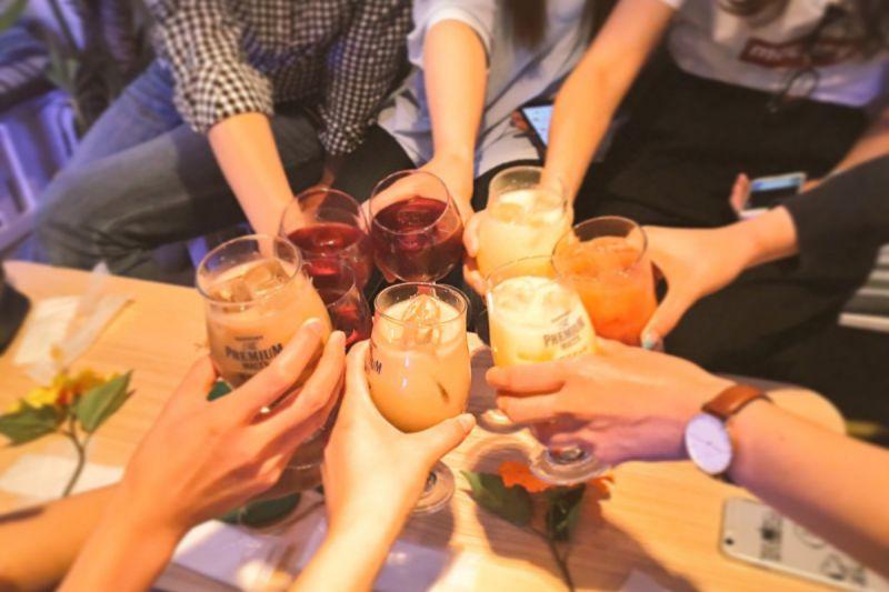 ▲在日本吃飯聚餐,即使在咖啡廳也會等大家的飲料到齊後再動作。(圖/口袋日本資料照片)