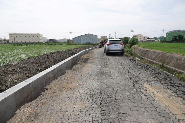 ▲鹿犁段344、216、274地號農路因久未整修,路面柏油碎裂,影響交通安全。(圖/記者葉靜美攝,2020.07.31)