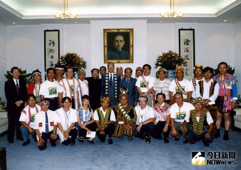 ▲李登輝在修憲前曾接見原住民抗爭團體代表,全力支持正名運動。(圖/原民會提供)