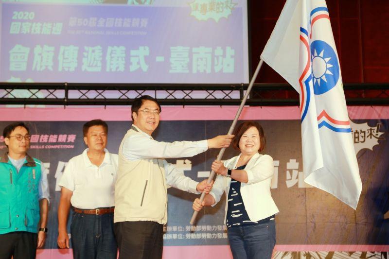 勞動部長許銘春(右)將會期傳給台南市長黃偉哲