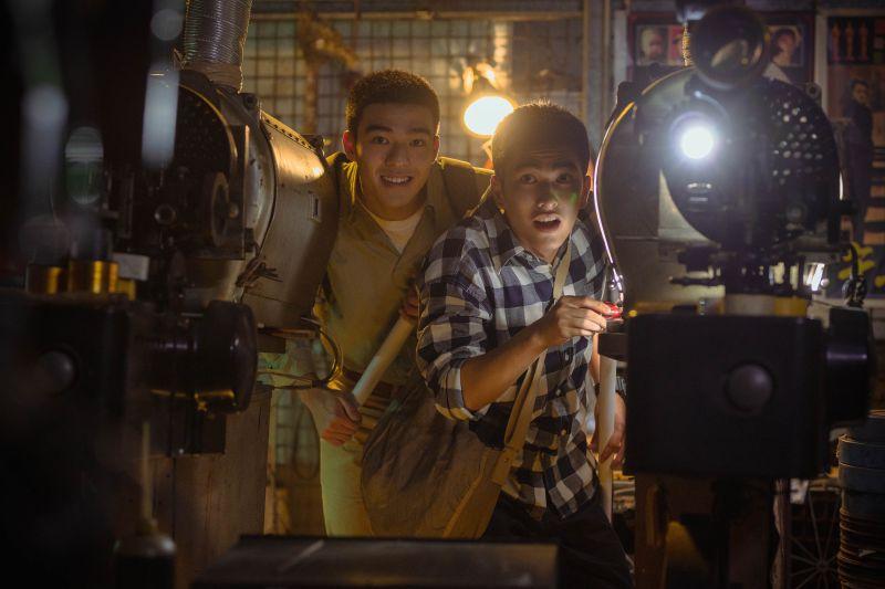 ▲陳昊森(左)與曾敬驊在片中飾演高中生,共譜青春愛情故事。(圖/氧氣電影)