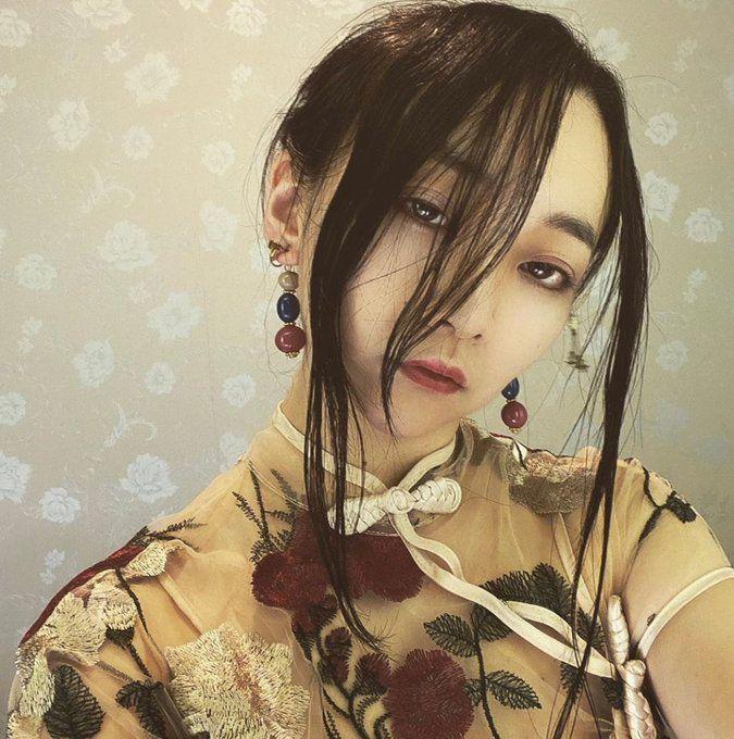 ▲日本一位正妹作家桐澤多惠,因為貼身旗袍脫不下來意外在網路爆紅。(圖/翻攝自@kirisawatae的推特)