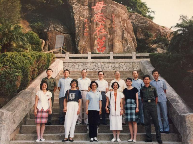 ▲1989年總統幕僚團部分成員夫婦,參訪戰地金門在太武山「毋忘在莒」勒石前留影。(圖/張榮豐提供)
