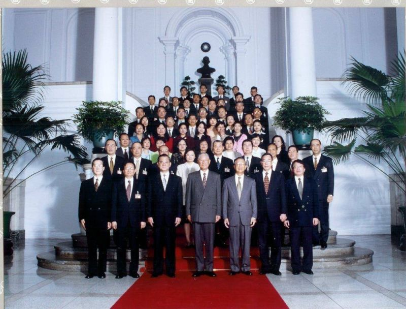 ▲2000年李總統卸任前與國安會主要成員合影。(圖/張榮豐提供)