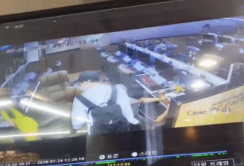 ▲金玉芬遭偷拍的監視器畫面曝光。(圖/翻攝이슈방YouTube)
