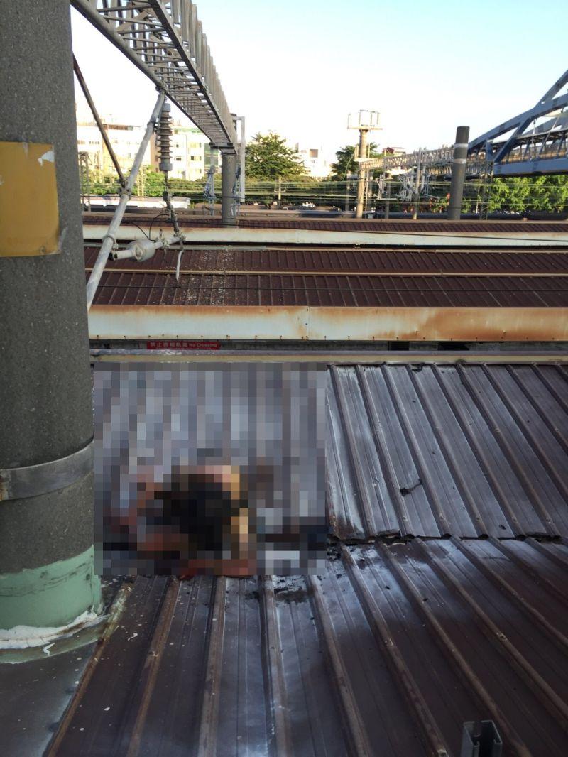 ▲台鐵彰化火車站月台一名婦人躺火車站月台遮雨棚上且全身冒煙。(圖/記者陳雅芳翻攝,2020.08.01)