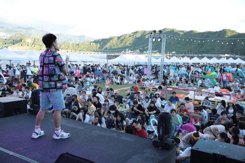 ▲今年海風音樂會打造三大主題活動,包含野餐音樂派對、半島生活市集及親子歡樂遊,還有最特別的漁港光雕秀。(圖/基隆市政府提供)