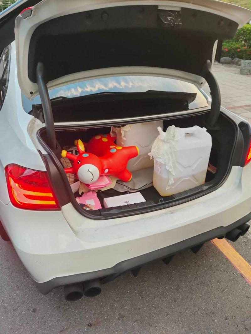 ▲李嫌落網時,車內尚有2桶汽油。(圖/記者陳聖璋翻攝)