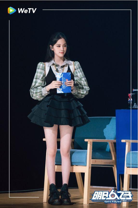 ▲歐陽娜娜穿上青春感蓬蓬裙,下衣失蹤曝消暑美腿。(圖/WeTV提供)