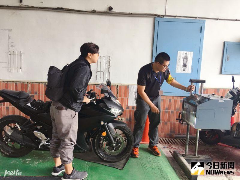 ▲檢驗員使用儀器檢驗燈光。(圖/記者陳雅芳攝,2020.08.02)