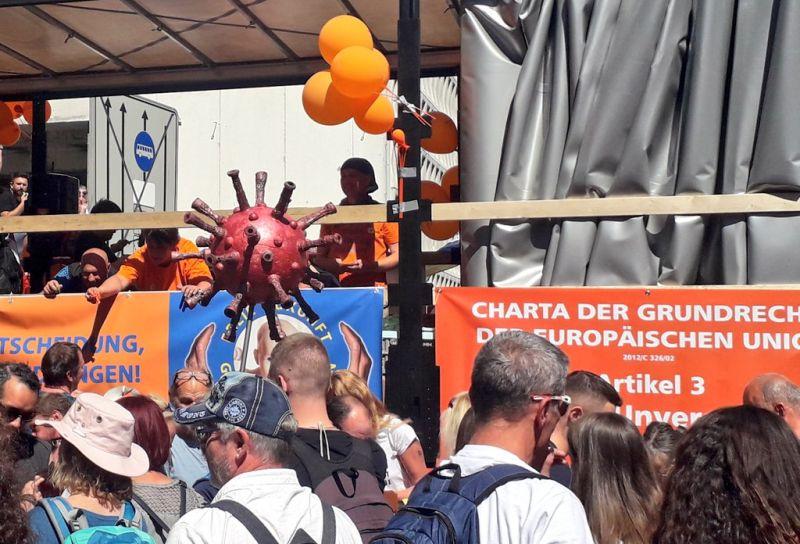德國萬人上街抗議防疫政策 稱「戴口罩」等於納粹暴政