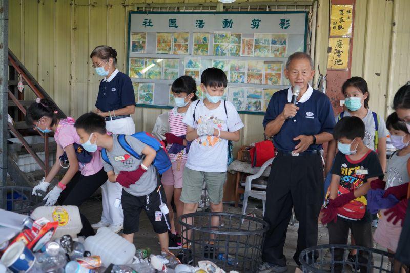 ▲安親班小朋友用回收的養樂多罐和筷子,製作好玩童玩「響螺」,了解回收再利用。(圖/記者陳雅芳攝,2020.08.02)