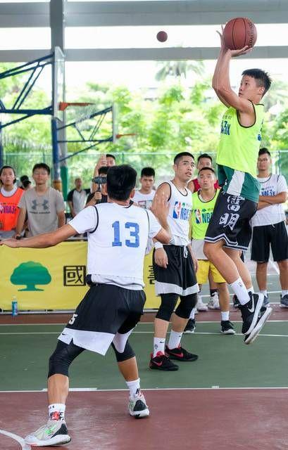 ▲高苑工商A隊的「美濃鬥牛王」林祖賢(綠色球衣跳投者)。(圖/國泰NBA