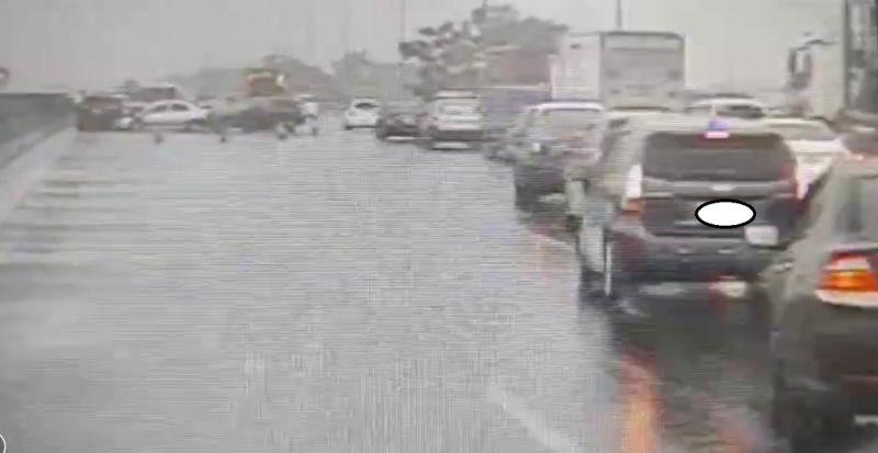 ▲高速公路北上民雄路段發生車禍,造成車輛回堵。(圖/記者陳惲朋翻攝)