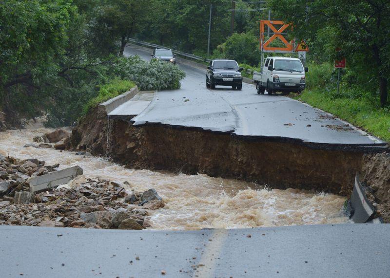 ▲8/2忠清北道地區部分道路被沖斷。(圖/翻攝自《韓國民族日報》)