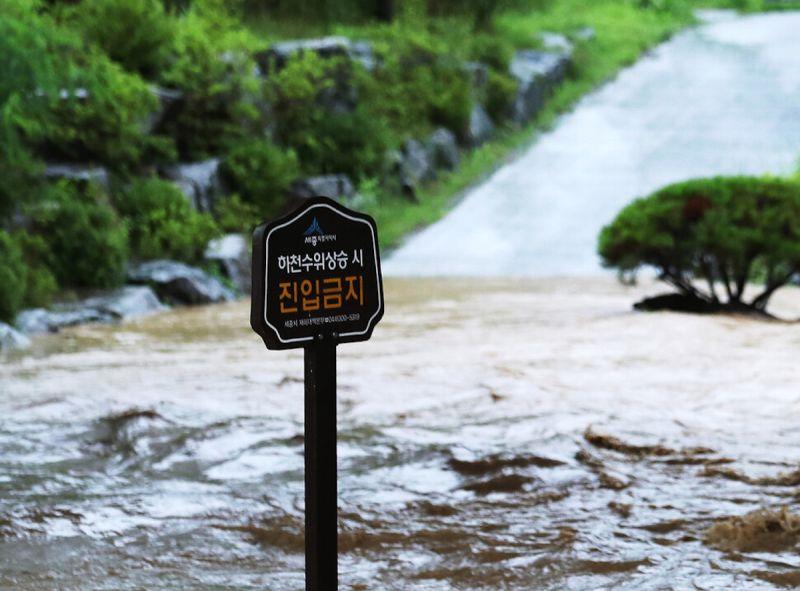 ▲韓國中部近日降下大雨,未來受到「哈格比」颱風影響,將有另一波強降雨。(圖/翻攝自《韓國民族日報》)
