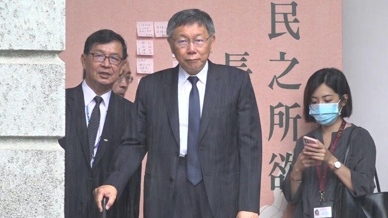 台北市長柯文哲今天(3日)身著正式西裝,在颱風的大雨中前往台北賓館,參與前總統李登輝的追思會。