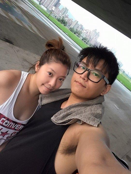 ▲阿弟(右)和老婆Mei感情甜蜜。(圖/翻攝阿弟臉書)