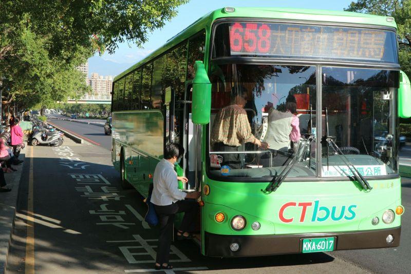 中市公車夾頸女大生 嚇壞市民