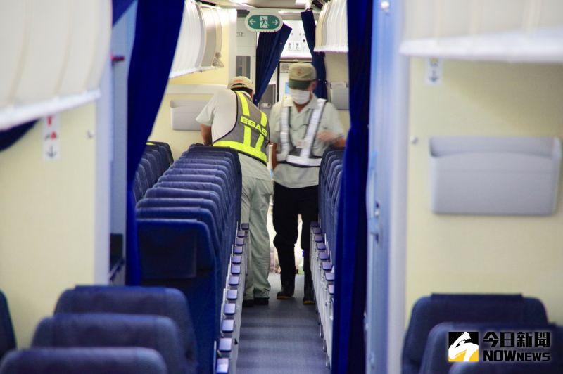 ▲旅客下機後,松山機場出動多名清潔人員進入客艙進行消毒作業。(記者陳致宇攝)