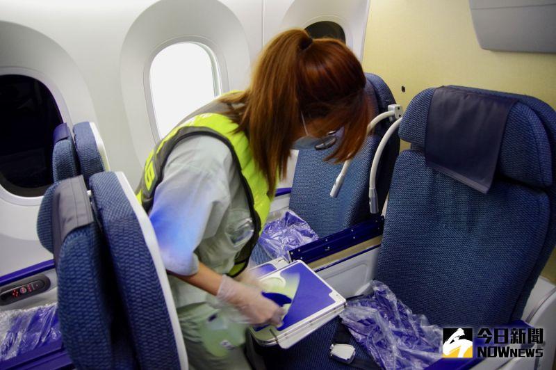 ▲包括座椅扶手、餐桌、公共區域等,都需進行擦拭消毒。(記者陳致宇攝)