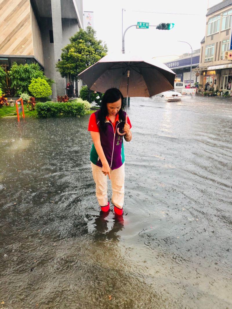 ▲彰化縣議員賴清美表示,只要突然下起大雨,部分地勢較低窪處,淹水高度都比雨鞋還要高。(圖/記者陳雅芳翻攝,2020.08.03)