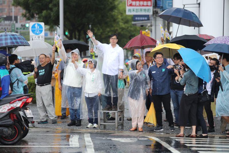 今(3)日是民進黨高雄市長補選候選人陳其邁參選以來,首次的站路口行程。(圖/陳其邁競選總部提供)